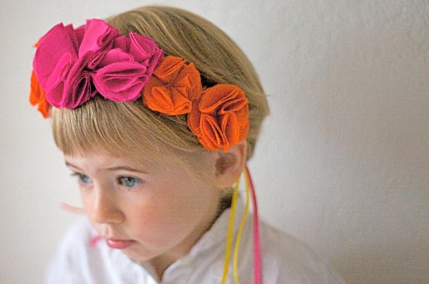 Serre-tete-Eva-fleurs-pompons-fushia-orange-Mathilde-de-Turckheim