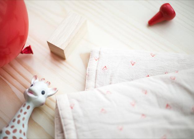 couverture-bébé-tendance-poussins-rouges